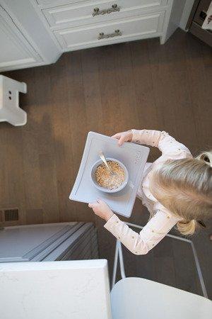 EZPZ Silikonowa miseczka z podkładką 2w1 Happy Bowl pastelowa szarość